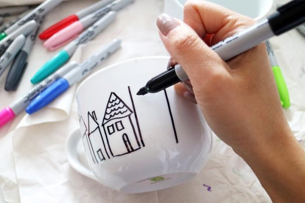 Оригинальный подарок наНовый Год своими руками: расписываем посуду