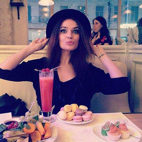 Алёна Водонаева порадовала подписчиков детским фото у ёлочки