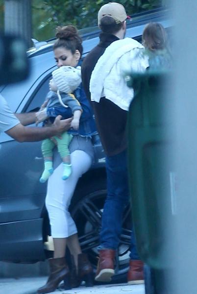 Райан Гослинг и Ева Мендес впервые показали младшую дочь Амаду