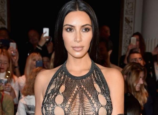 Ким Кардашьян появилась на публике в мятой рубашке и кольцом в губе
