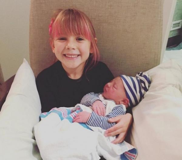 Пинк поделилась трогательным фото новорожденного сына и пятилетней дочери