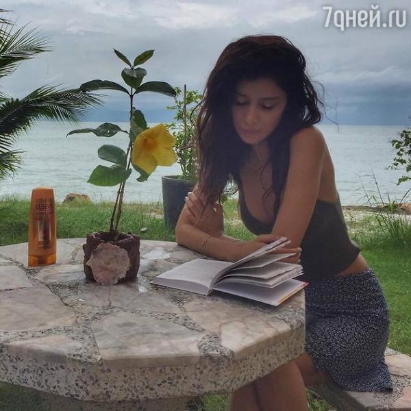 Равшана Куркова сбежала от морозов в Азию