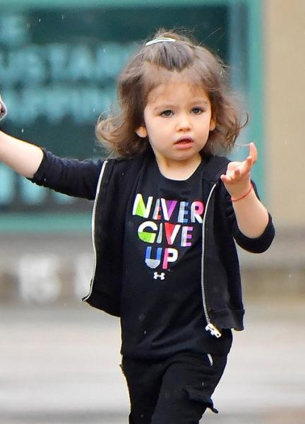 Мила Кунис отвела двухлетнюю дочь в маникюрный салон