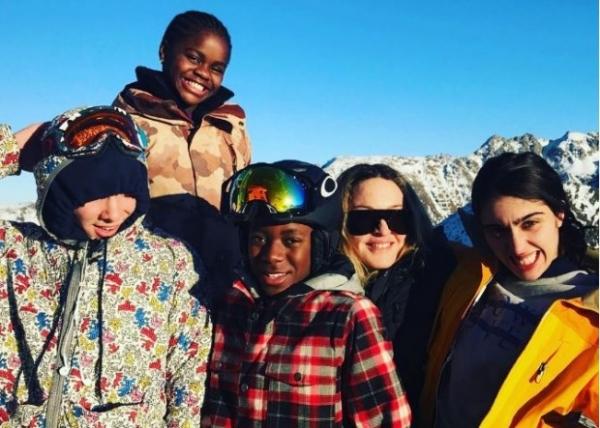 Мадонна взяла молодого любовника на семейный отдых в Швейцарию
