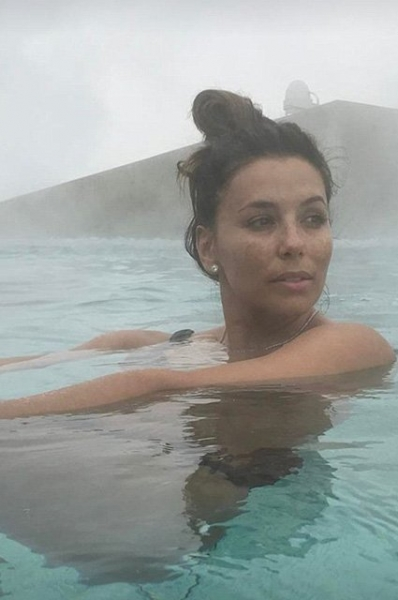 Ева Лонгория поразила сеть снимком в бикини на морозе