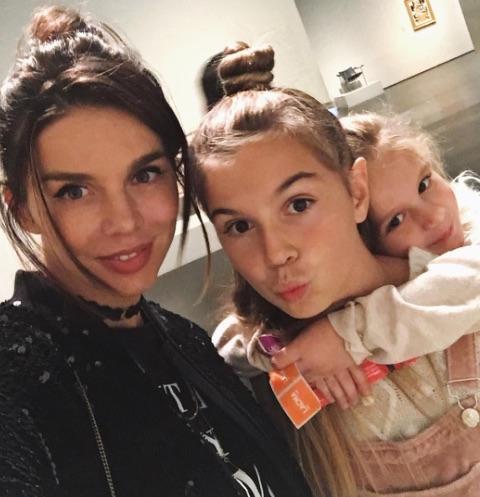 Анна Седокова пообещала дочкам изменить их жизнь