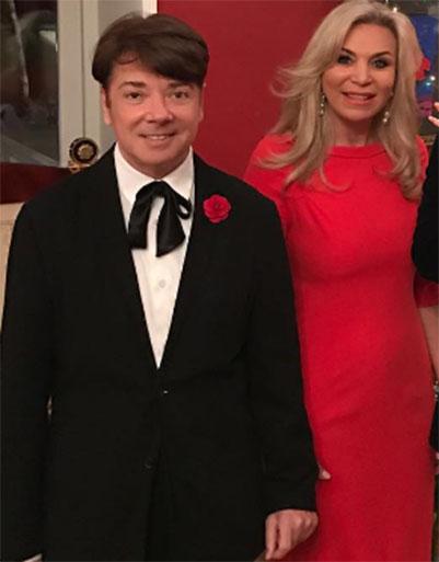 Красный цвет и блестки: звезды показали роскошные новогодние наряды