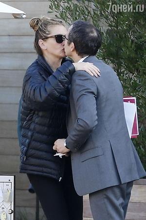 Папарацци подловили Джулию Робертс целующейся с таинственным незнакомцем