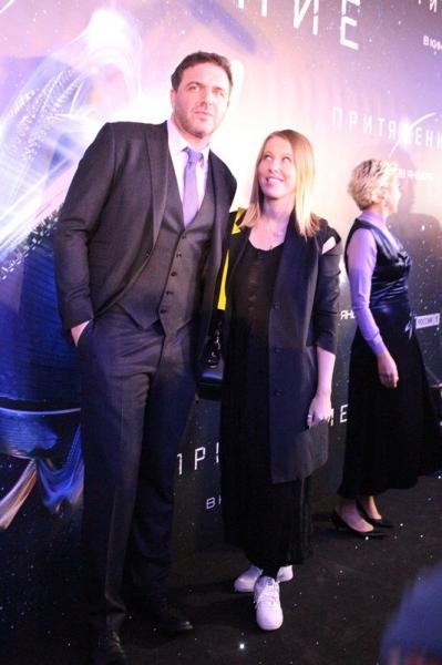 Ксения Собчак посетила премьеру «Притяжения» в белых кедах
