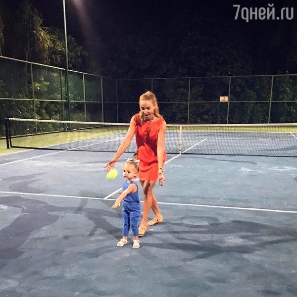 ВИДЕО: Первый урок по теннису младшей дочери Татьяны Навки