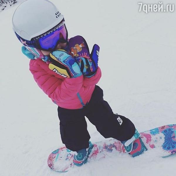 Ольга Шелест поставила на сноуборд младшую дочь