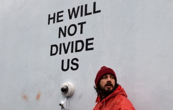 Актер Шайя ЛаБаф возобновил акцию протеста против Трампа после ареста