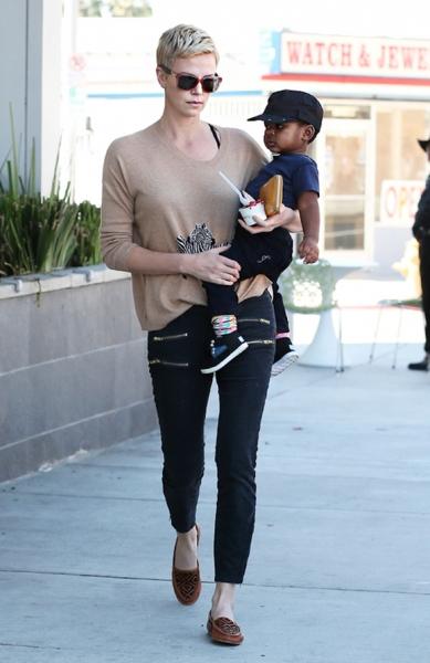 Шарлиз Терон одевает сына как девочку
