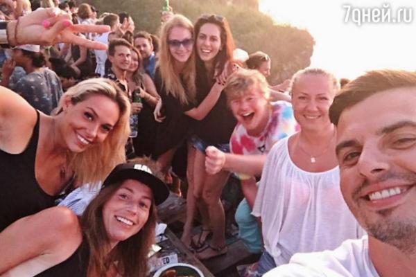Светлана Ходченкова отдыхает на Бали в компании известного певца
