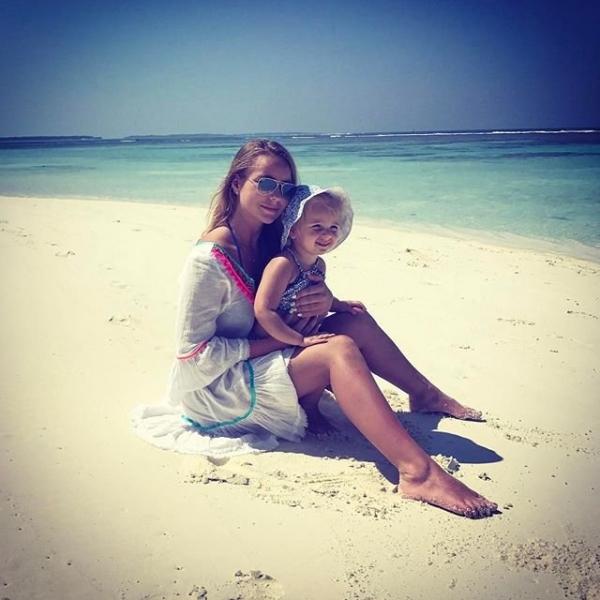 Татьяна Навка показала пляжные фото своих дочерей и стойку на голове