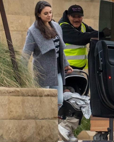 Первое фото новорожденного сына Милы Кунис и Эштона Катчера
