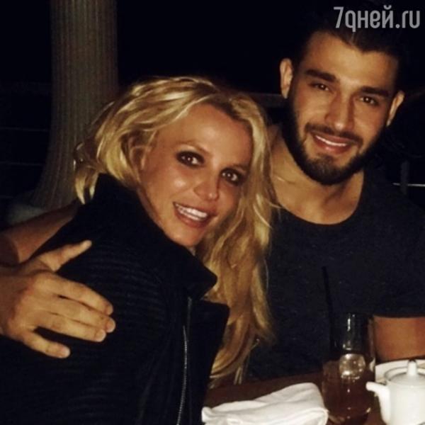 Бритни Спирс встретила Новый Год в объятьях молодого любовника