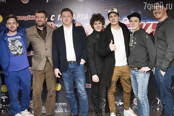 Звезда «Молодежки» Денис Никифоров поставил своих детей на коньки