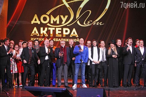 Леонид Ярмольник вышел на сцену в юбке