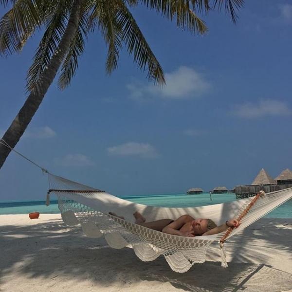Беременная Полина Гагарина показала роскошное пляжное фото