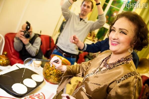 Надежда Бабкина накормила российских звезд блинами