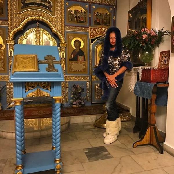 Анастасия Волочкова попала под шквал критики за наряд, выбранный ею для посещения храма