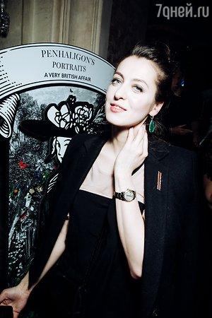 Стеша Маликова в оригинальном брючном костюме встречает весну