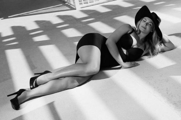 Фотосессия Кати Жарковой в купальнике произвела фурор заграницей