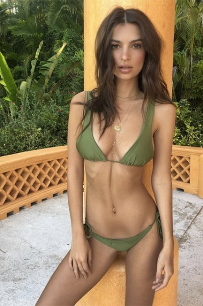 Эмили Ратажковски вновь зажгла поклонников снимками в бикини