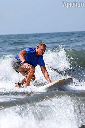 «Псих» из «Физрука» Владимир Сычев освоил серфинг
