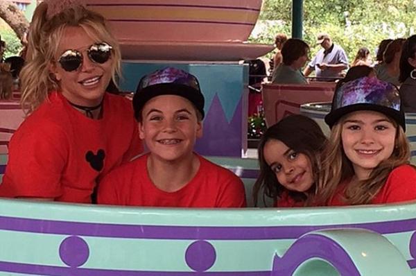 Бритни Спирс выложила в сеть снимки с детьми из парка развлечений