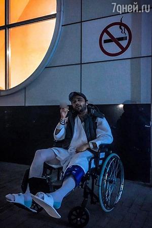 Главный «Холостяк» страны оказался в инвалидном кресле