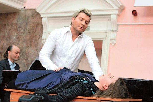 Николай Басков предложил студентам петь в необычных позах