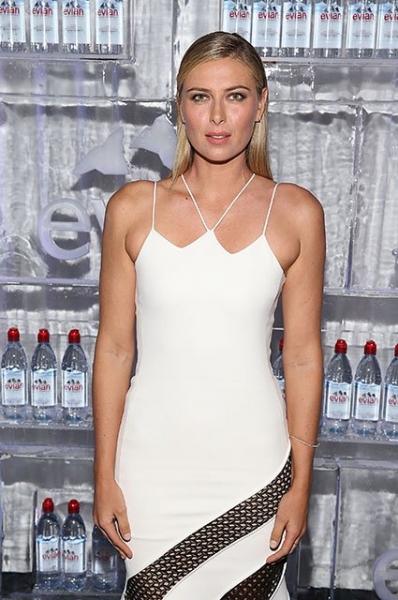 Мария Шарапова вышла в свет в облегающем белом наряде