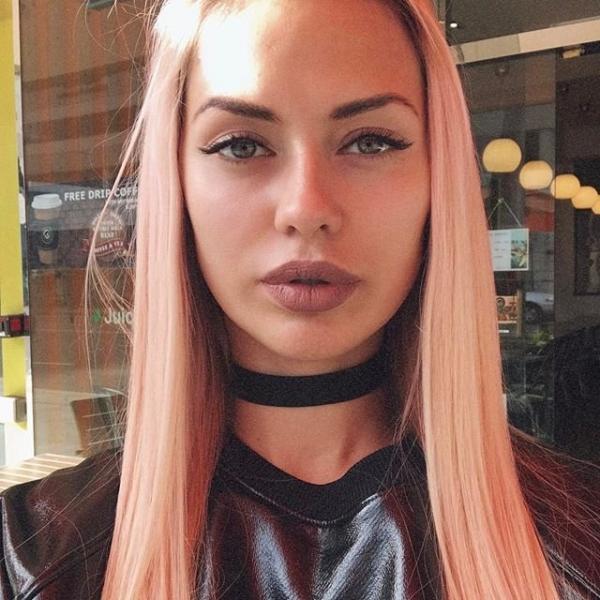Виктория Боня похвасталась розовым цветом волос