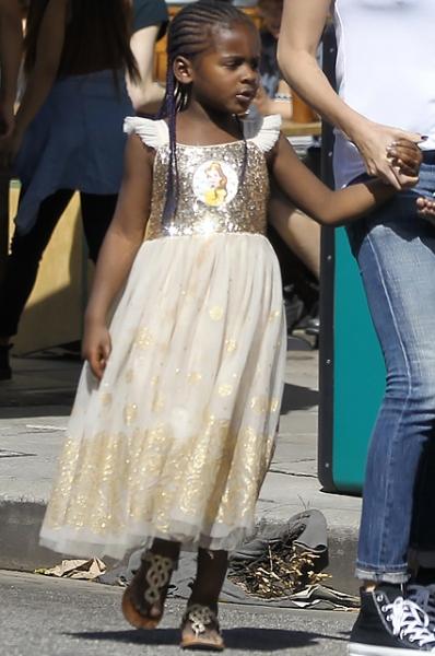 Шарлиз Терон снова вывела сына на прогулку в платье