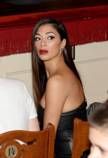 Николь Шерзингер надела на вечеринку в Москве облегающее черное платье из кожи