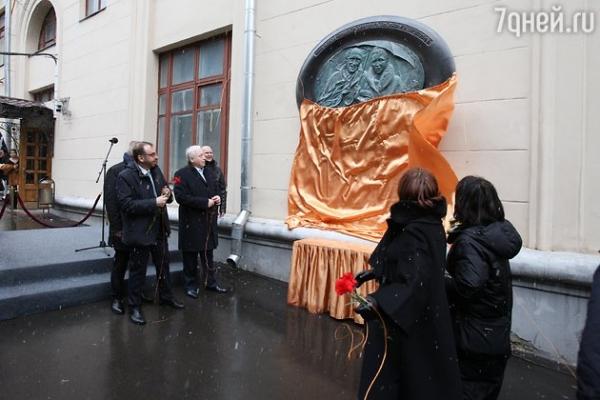 Установлен необычный памятник Ростроповичу и Вишневской