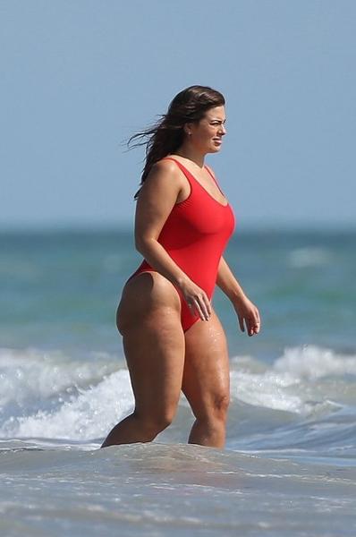 Модель plus-size Эшли Грэм превзошла саму себя в откровенной пляжной фотосессии