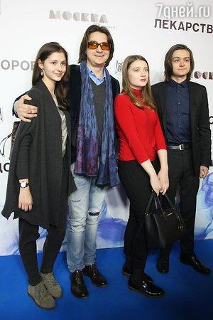 Стефания Маликова, Анастасия Меньшикова и Елена Летучая блеснули на кинопремьере