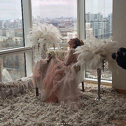 Вера Брежнева выложила в сеть фееричные фото в свадебных платьях