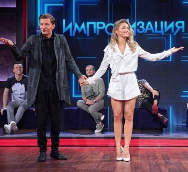 Павел Воля не смог сдержаться от просмотра голых ножек Юлии Ковальчук