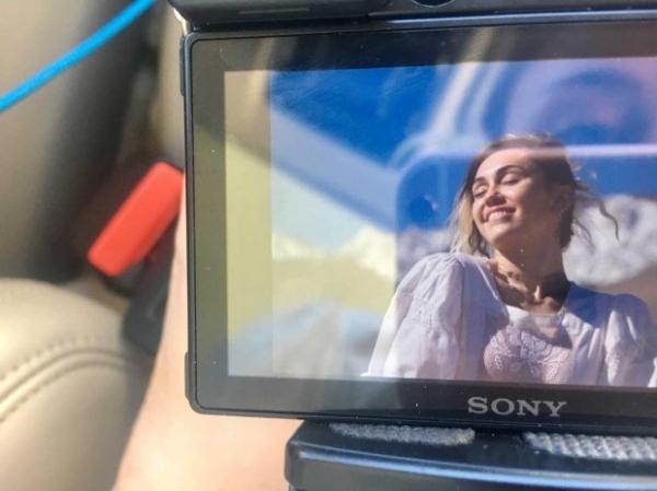 Сестра Майли Сайрус прокомментировала слухи о ее свадьбе с Лиамом Хемсвортом