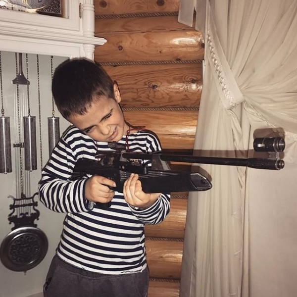 Алена Водонаева выложила фото сына с ружьём