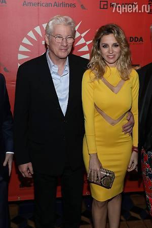Ричард Гир пришел на премьеру с молодой любовницей