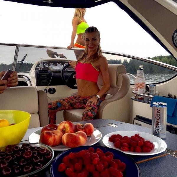 Анастасия Ивановская представила новую фотосессию для рекламы мини-бикини