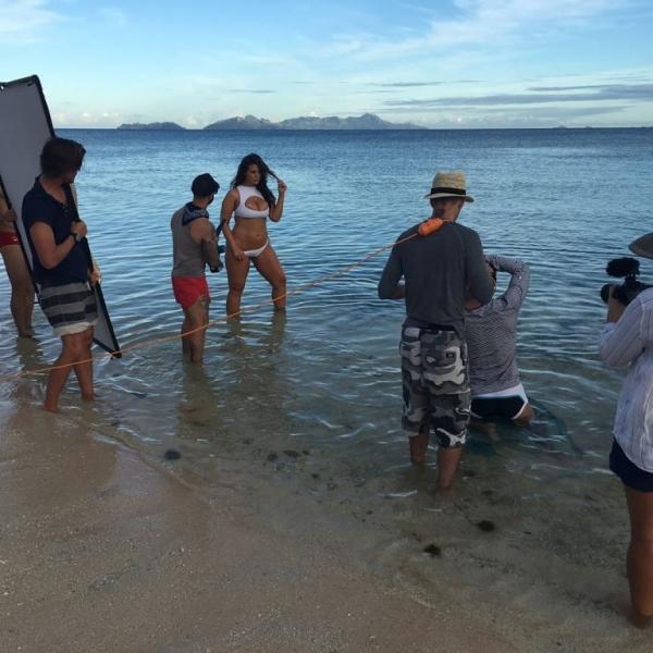Во время пляжного фотосета купальник некрасиво врезался в жиры Эшли Грэм