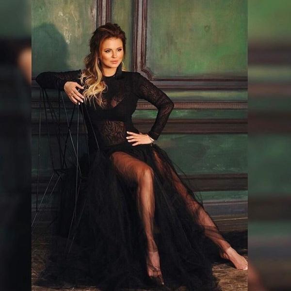 Анна Семенович в полупрозрачном наряде сравнила себя с кошкой