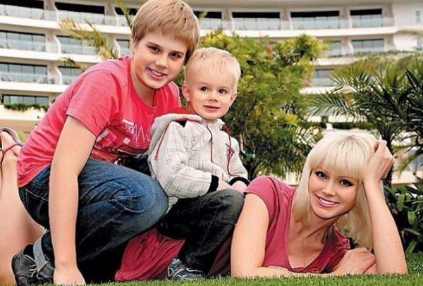 Семья певицы Натали борется за внимание малыша