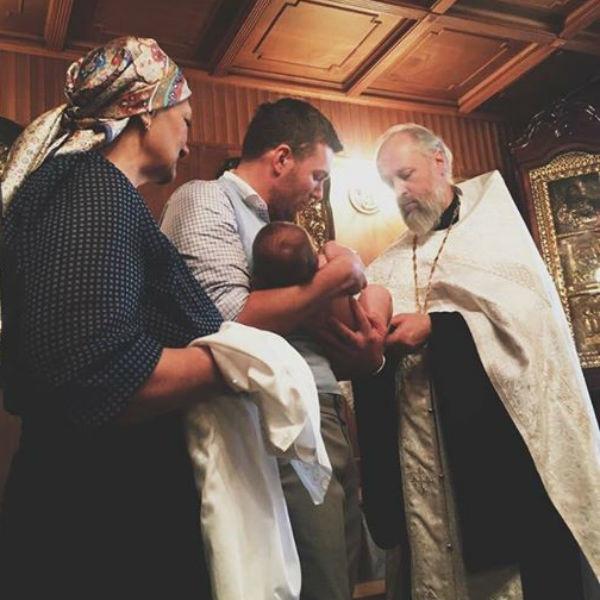 Вячеслав Манучаров показал маленького сына во время крещения